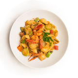 查出的意大利厨房意大利面食路径虾白色夏南瓜 免版税库存图片