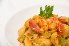 查出的意大利厨房意大利面食路径虾白色夏南瓜 免版税图库摄影