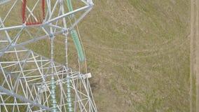 查出的拉长的现有量排行次幂白色 在高压支持和导线的飞行 影视素材