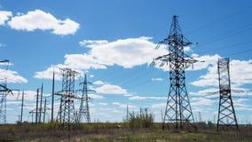 查出的拉长的现有量排行次幂白色 电高压支持 输电由导线的 影视素材