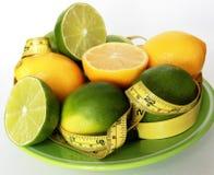 查出的损失评定躯干重量白人妇女 在柠檬附近被包裹的测量的磁带 免版税库存照片