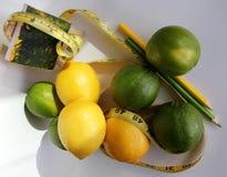 查出的损失评定躯干重量白人妇女 在柠檬附近被包裹的测量的磁带 免版税库存图片