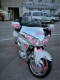 查出的摩托车 重的马达,有开放光的一辆摩托车,一个岩石,铺磁砖的码头的亚得里亚海在小船口岸  Th 库存照片