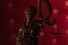 查出的正义剪影雕象白色 免版税库存图片