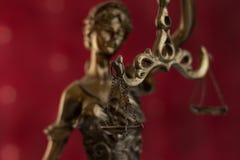 查出的正义剪影雕象白色 免版税库存照片