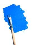 查出的油漆刷和蓝色油漆地点 免版税库存照片