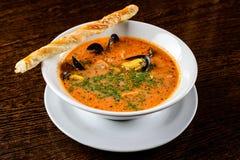 查出的海鲜汤 与鱼和淡菜的开胃汤,供食 库存照片