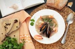 查出的海鲜汤 免版税库存照片