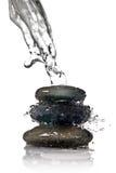 查出的温泉飞溅向水白色扔石头 免版税库存照片