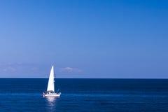 查出的游艇在蓝色海运 库存照片