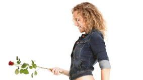 查出的牛仔裤浪漫红色玫瑰的美丽的少妇金发碧眼的女人 图库摄影