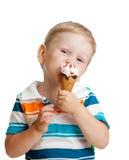 查出的男孩儿童奶油色吃愉快的冰 免版税库存图片