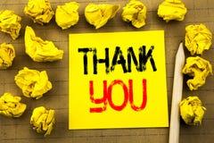 查出的看板卡礼品感谢白色您 在葡萄酒背景的稠粘的便条纸写的谢意感谢的企业概念 在t的被折叠的黄色纸 免版税图库摄影