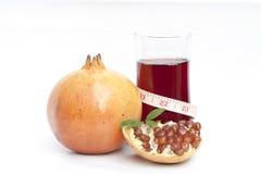 查出的石榴果子和汁 免版税图库摄影