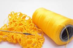 查出的编织的卷轴线程数w黄色 库存照片