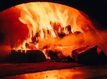 查出的背景黑色火 E 录影 在壁炉的灼烧的木柴 在木燃烧的木柴烧伤 免版税库存图片
