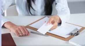 查出的背景黑色空白企业女实业家看板卡递显示诉讼白人妇女 黑衣服的妇女在白色背景 免版税库存照片
