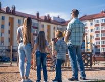 查出的背面图白色 一个年轻家庭看一个新的公寓 免版税库存图片