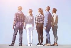 查出的背面图白色 看拷贝空间的一个小组青年人 免版税库存图片