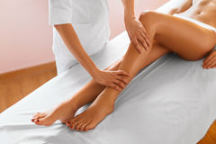 查出的行程白人妇女 机体关心英尺健康温泉水妇女 得到腿在温泉的女孩按摩治疗 免版税库存图片
