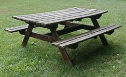 查出的野餐桌木头 免版税库存照片