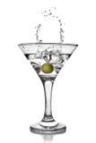 查出的马蒂尼鸡尾酒橄榄色飞溅 免版税库存照片