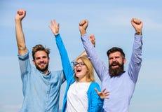 查出的黑色概念自由 公司三愉快的同事办公室工作者享受自由,天空背景 有胡子的人在正式 库存照片