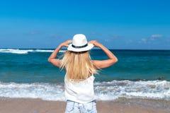 查出的黑色概念自由 海滩的性感的妇女巴厘岛 在旅行假日期间,她享受平静的海洋自然 免版税库存图片