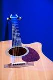查出的acustic蓝色吉他 免版税库存图片