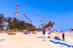 查家上午海滩- 3月9日:第15个泰国国际风筝节日 免版税库存图片