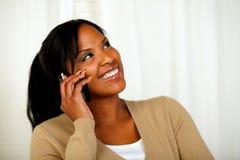 查寻俏丽的妇女,当联系在移动电话时 免版税库存照片