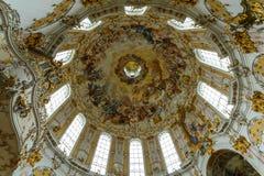 查寻入与壁画的一个圆顶 免版税图库摄影