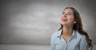 查寻和笑有灰色背景的妇女 图库摄影