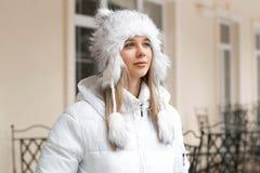 查寻在buildin附近的冬天夹克的美丽的妇女 免版税库存照片
