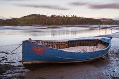 查寻河Urr的一艘蓝色划艇的长的曝光我 图库摄影