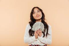 查寻深色的亚裔的女性画象,当拿着爱好者o时 免版税库存图片