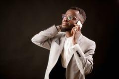 查寻英俊的律师的画象拿着在他的耳朵的电话和 免版税库存照片