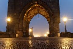 查尔斯塔在布拉格每有雾的早晨和一个人 库存照片