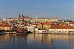 查尔斯塔在布拉格每有雾的早晨和一个人 免版税库存图片