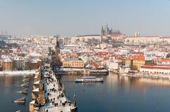 查尔斯桥梁和在冬天的布拉格城堡 库存图片