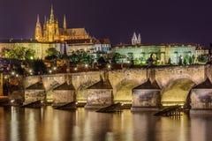查尔斯桥梁和大教堂在布拉格 免版税图库摄影