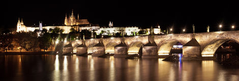 查尔斯桥梁和布拉格城堡的看法在晚上 免版税库存照片