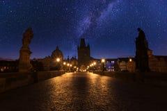 查尔斯桥梁在与满天星斗的天空的晚上 免版税库存图片