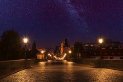 查尔斯桥梁在与满天星斗的天空的晚上 图库摄影