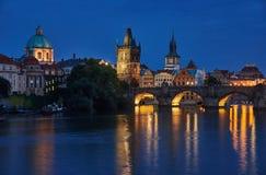 查尔斯桥梁在夜之前,布拉格,捷克 免版税图库摄影