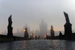 查尔斯桥梁在布拉格每有雾的早晨 免版税库存照片