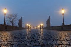查尔斯桥梁在布拉格每有雾的早晨 图库摄影