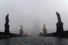 查尔斯桥梁在布拉格每有雾的早晨 库存照片
