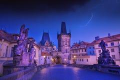 查尔斯桥梁在布拉格,在平衡蓝色小时期间的捷克共和国与闪电和剧烈的天空 库存图片