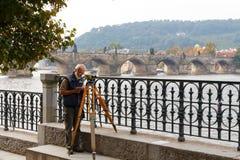 查尔斯桥梁在布拉格 cesky捷克krumlov中世纪老共和国城镇视图 免版税库存照片
